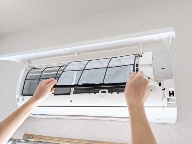 自宅でエアコンをきれいに清掃する方法【かんたん3ステップ